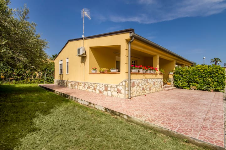 Villa with swimming pool in reciden