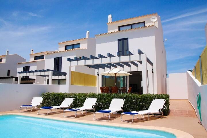 Villa con piscina cerca de la playa