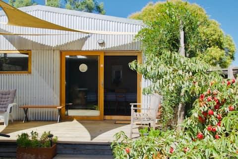 黄色い扉の家の裏にあるスタジオ