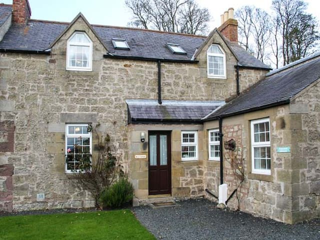ROSE COTTAGE, pet friendly in Berwick-Upon-Tweed, Ref 940733