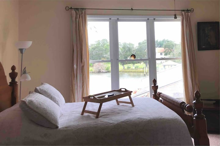 Winter rates! Private entrance bedroom/jacuzzi.