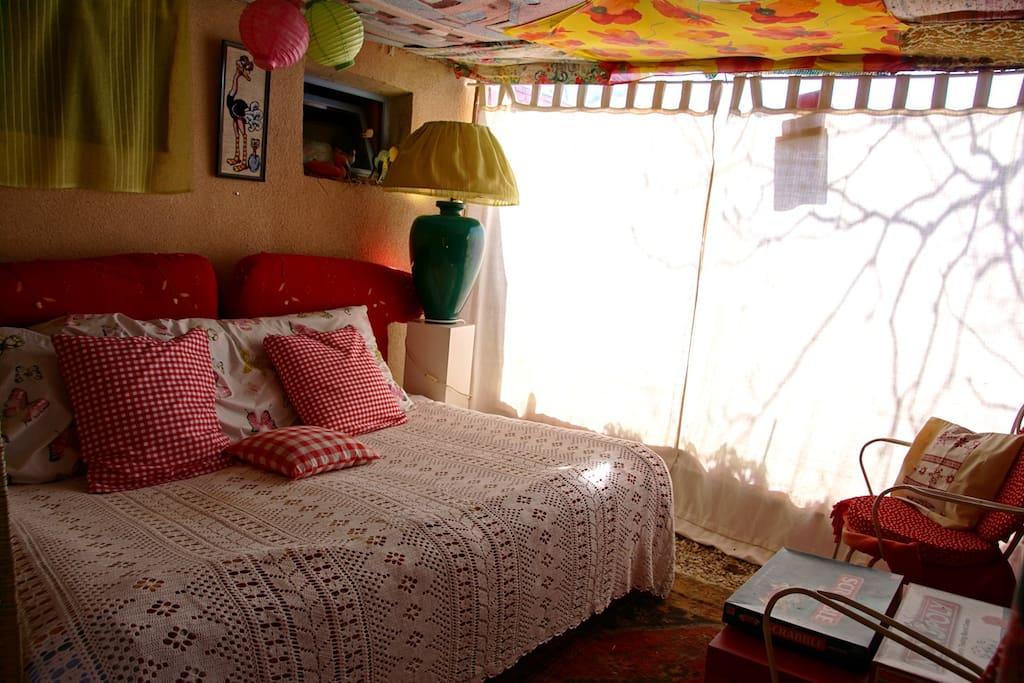 Grand lit de bonne qualité sous la terrasse