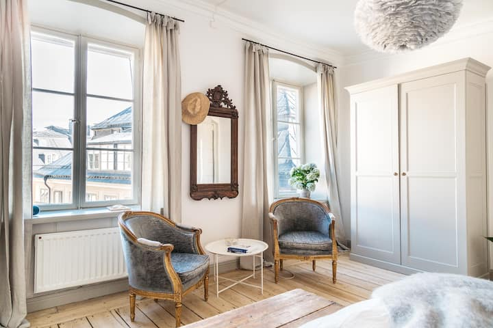 Romantic, Vintage-Style Old Town Apartment