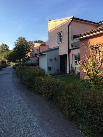 Radhus nära skog och centrala delar. - Upplands Väsby - Townhouse