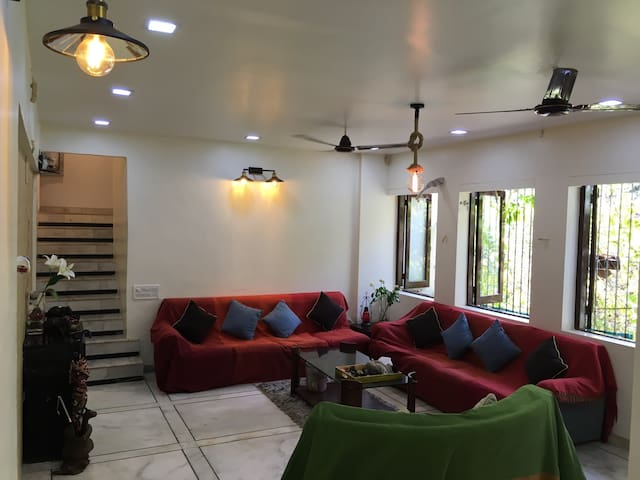A room to let in a duplex apt. Juhu