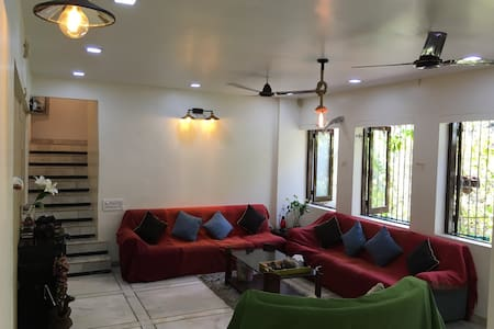 A room to let in a duplex apt. Juhu - Hus