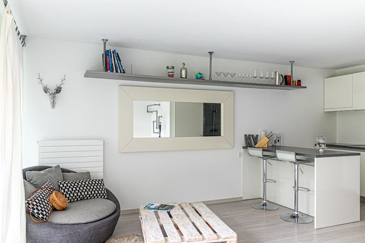 Cozy, modern & Sunny Studio!