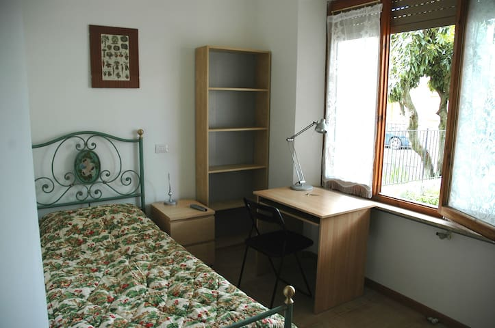 single room -n.4- 10 min. from Siena center by bus