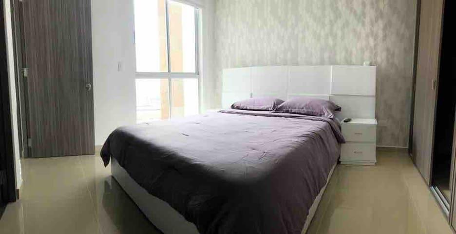 Habitación principal cama doble  con tv y baño privado