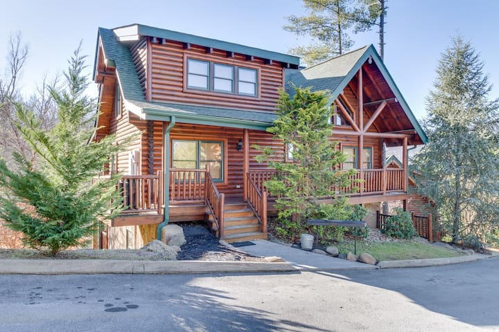 Crazy Horse Cabin | WOW Views! | Hot Tub | Pool Table |Custom Build | Pigeon Forge | Community Pool