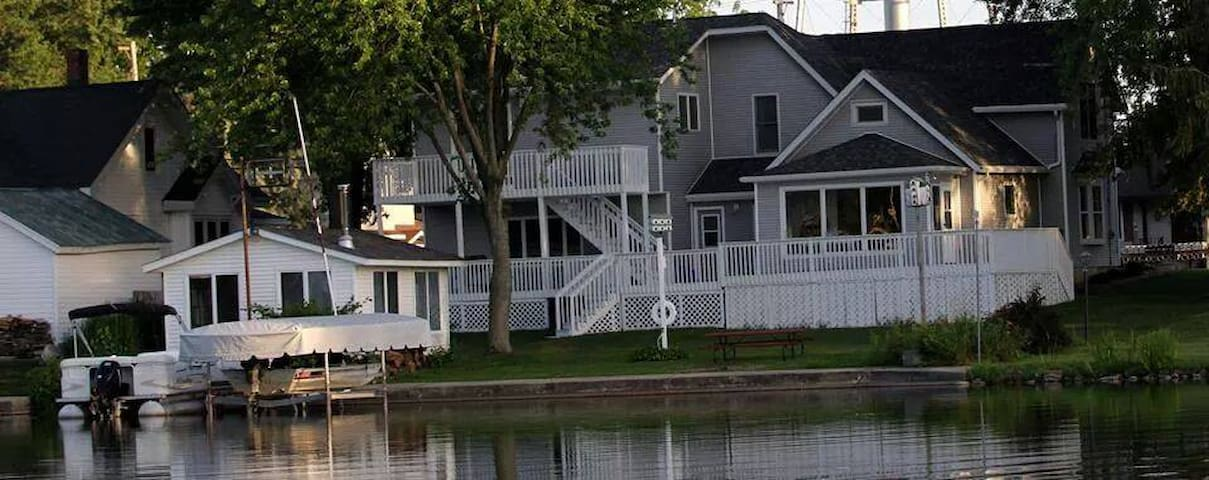 4 Bedroom Lake House Large Deck