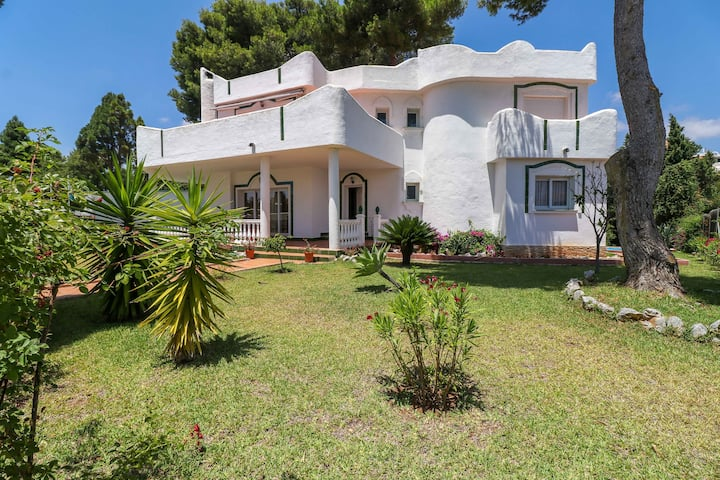4 bed villa with private pool, BBQ and garden