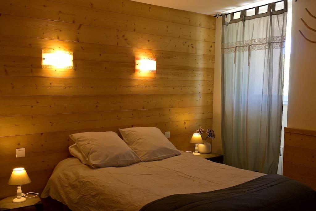 La chambre dans une ambiance de bois