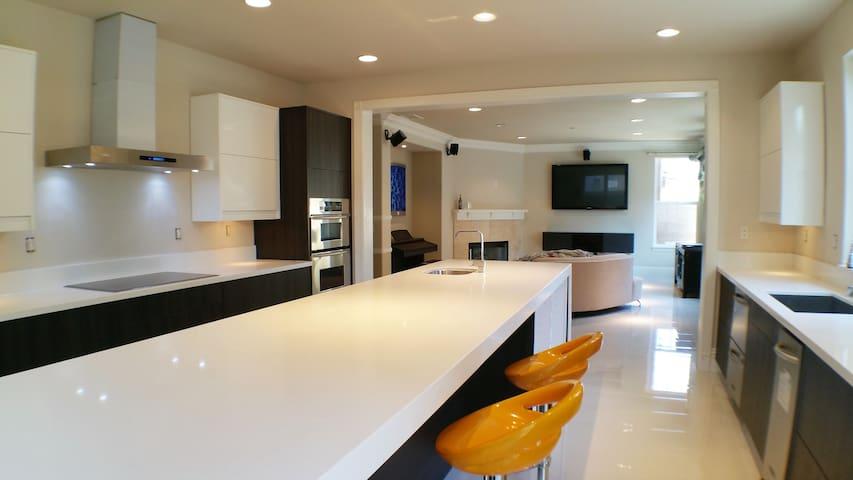 Luxury Master Bedroom - South Coast & Irvine - Santa Ana - Hus
