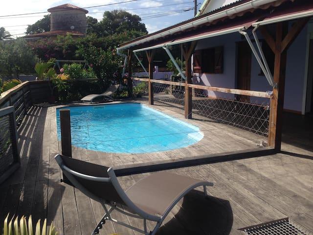 Maison dans jardin tropical
