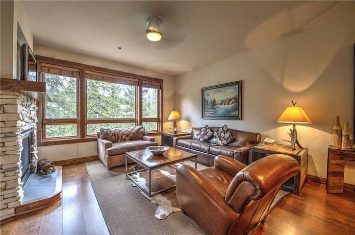 Luxury condo nestled in the pines with outdoor pool & hot tubs