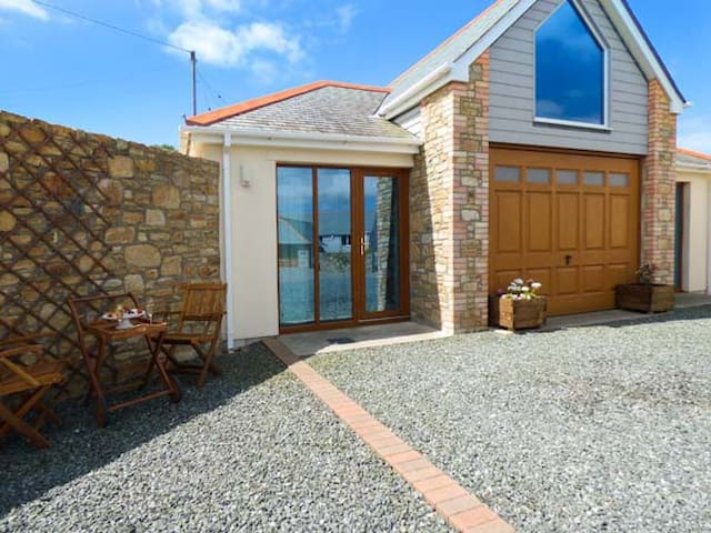 THE BOATHOUSE, romantic, with a garden in Mullion, Ref 925595