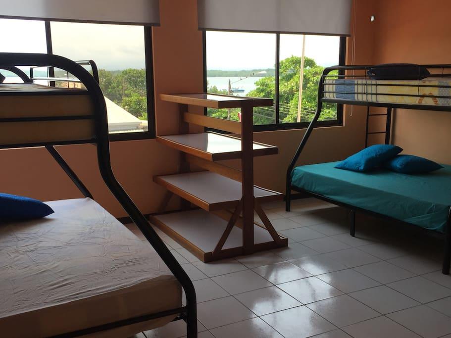 Este es el cuarto #1 más grande en el tercer nivel cuenta con tres camarotes y las vistas del manglar son hermosas