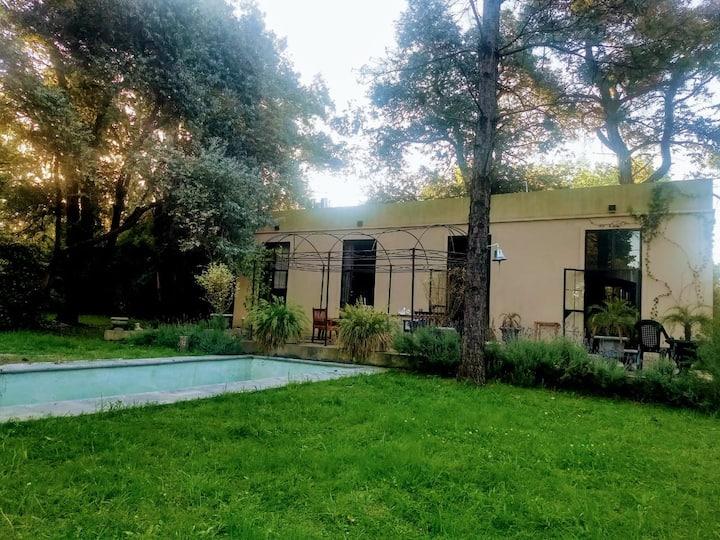 PILAR, hermosa casa con abundante arboleda