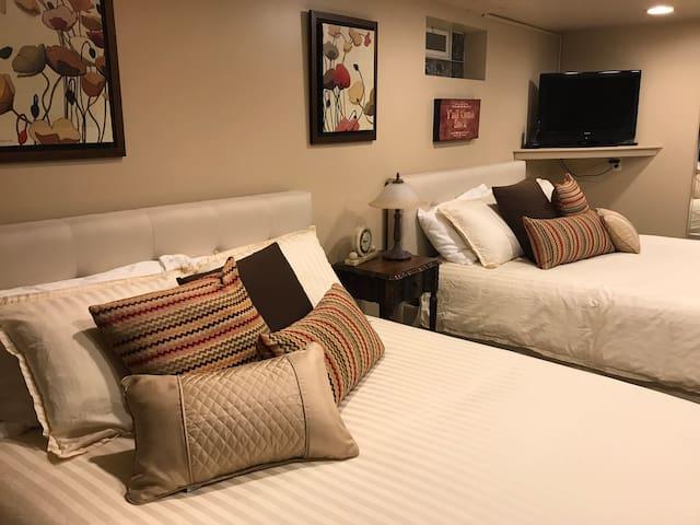 Birmingham Suite, sleeps 4. Short walk into town.