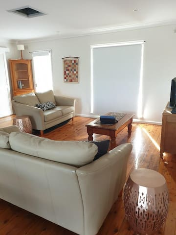 Clean and comfortable home 7 min from Main Street