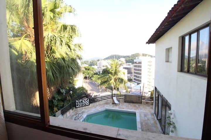 Qarto em casa com piscina e vista panorâmica.