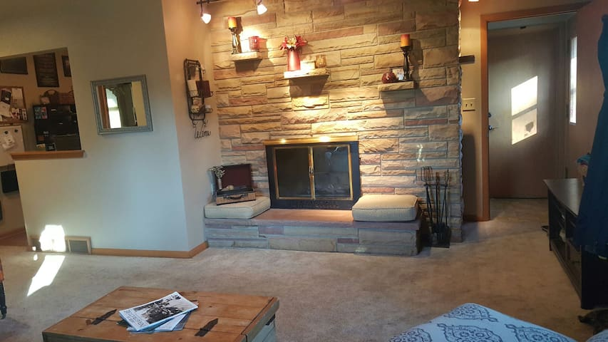 Spacious home- close to airport or to explore city - Oak Creek