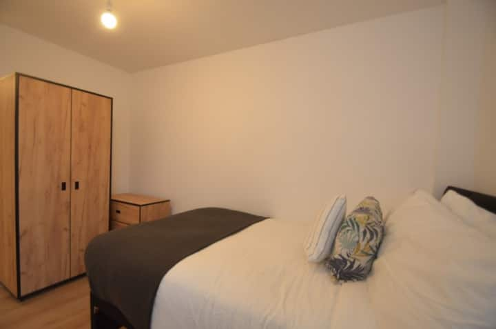 Student Only Property: intimate En-suite room 6