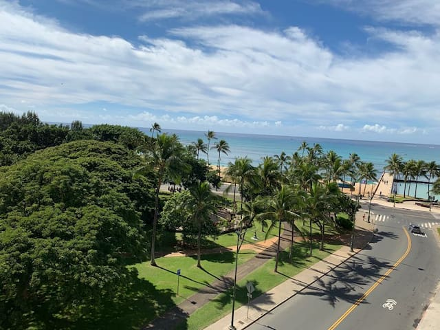Legal, Cozy ocean view studio (Waikiki Grand 707)