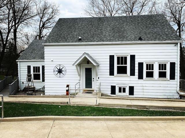 Spacious Family Lake House in Quiet Neighborhood