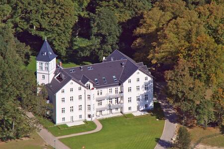 Gartenwohnung im Schloss - Kühlungsborn-Hohen Niendorf - Kastil