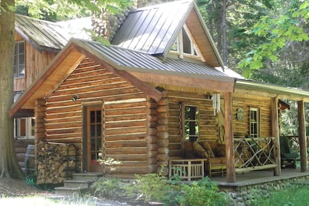 EAGLE'S LANDING 116 Yr Old Log Cabin