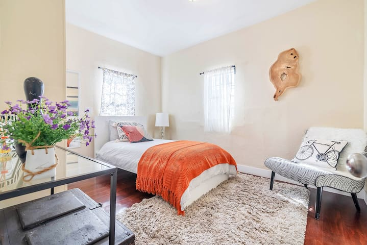 A Relaxing Cozy Unique LA Room w Private Bath & AC