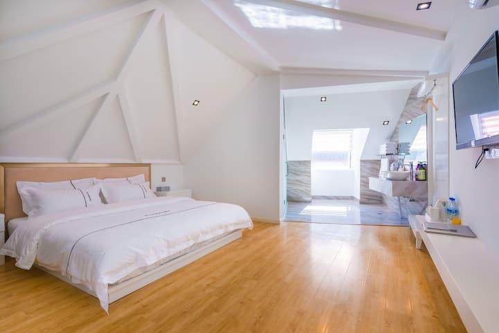 丹麦浪漫风格在丽江,空调如春,免古维,水车相邻,温暖大床房,可住2人