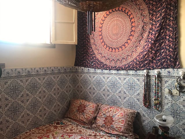 Double room in Boho Moroccan home..quiet safe area