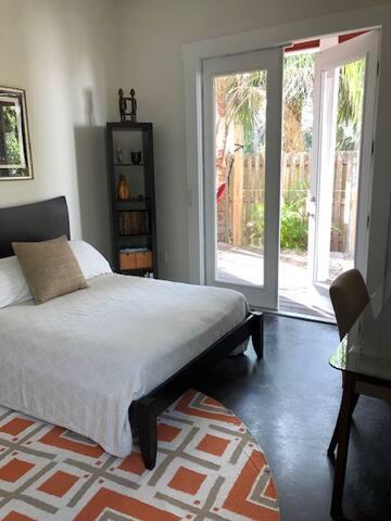 Hip guest suite. Private entrance & deck.