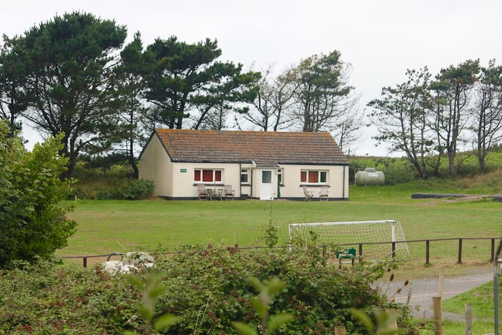Beautiful Gower! Cosy Llanmadoc bungalow.