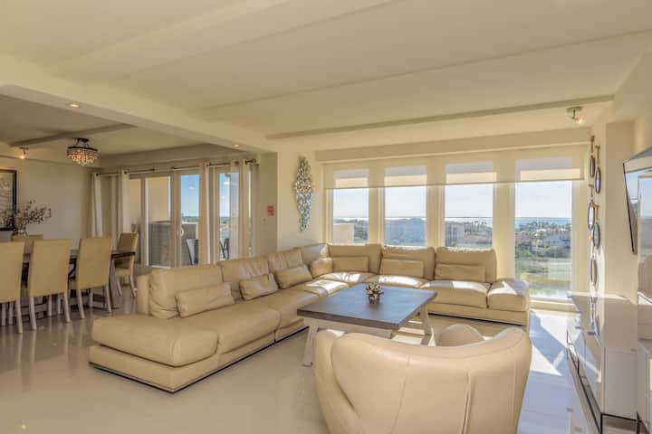 4BR bayview for large families! Beachfront resort, shared pools & jacuzzi