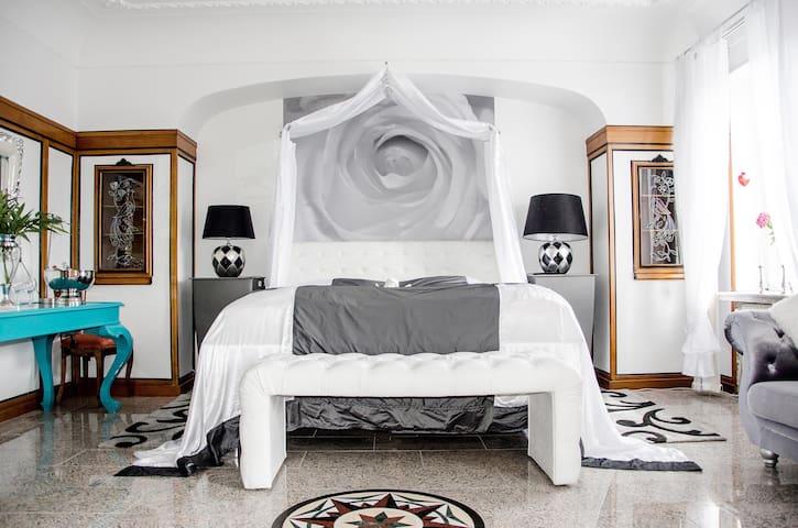 Stilvolle Suite mit Whirlpool und Balkon