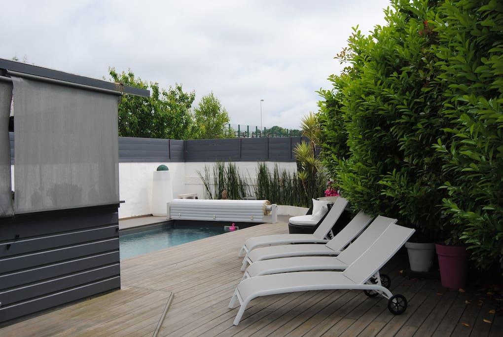 La terrasse avec bains de soleil
