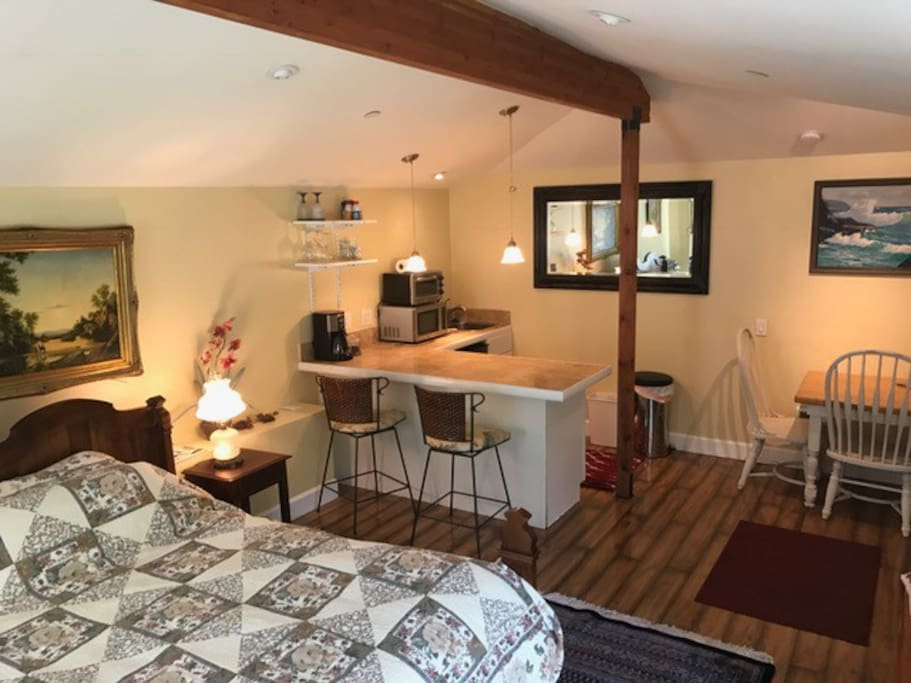 Large studio cottage with comfy queen bed, eating area, high ceilings