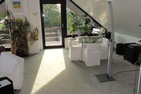 Helle und geschmackvoll eingerichtete DG-Wohnung - Bergisch Gladbach