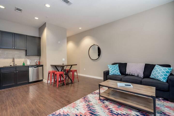 Kasa | Houston | Luxurious 1BD/1BA River Oaks Apartment