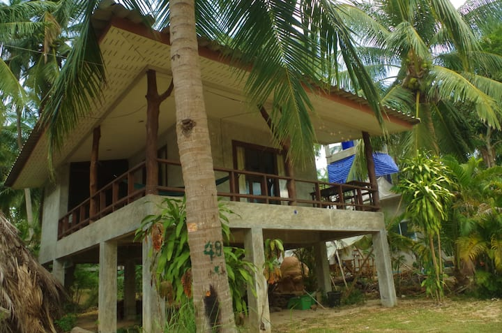 Sunny aircon home on stilts. 180 degree porch