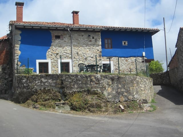 Tucked between Mountains and Sea: Llanes, Asturias - Llanes - House