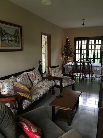 Casa da família Souza, bem iluminada e acolhedora.