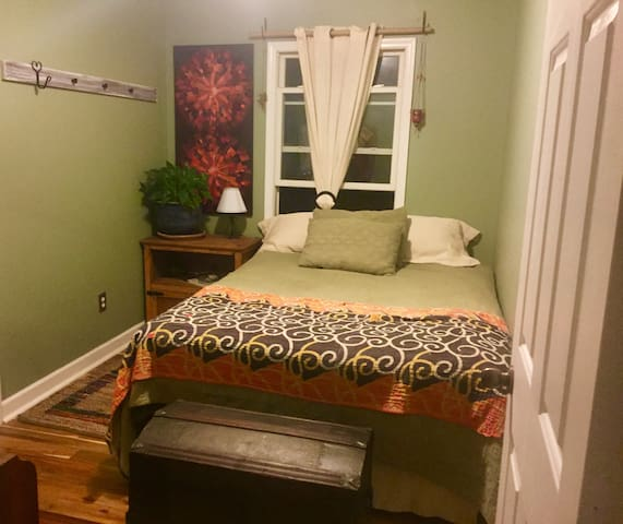 ★Comfortable Hideaway-Steps from it all!-1BD/1BA★