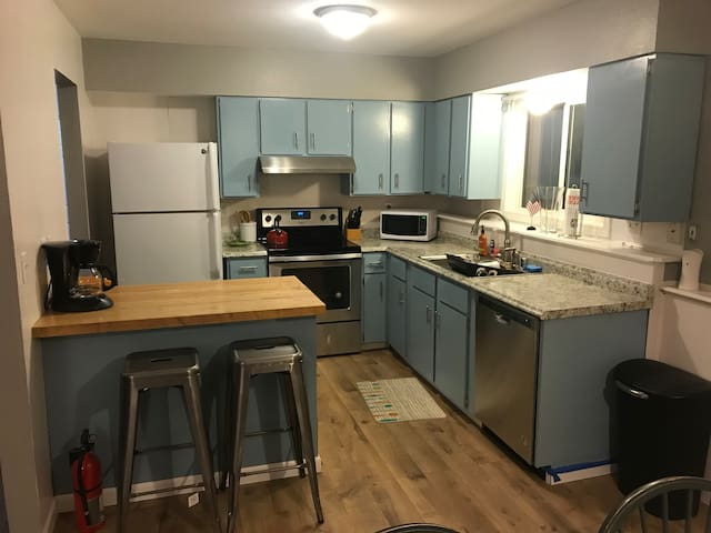 Remodeled Duplex close to the Airport/Downtown!