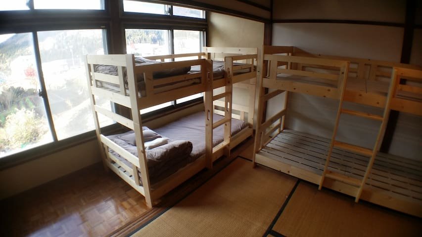 Kadoya Backpackers Base -dormitory room1