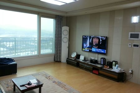 calm and peaceful newly built apt! 2 bus stops away to seonbawi station. 11 bus stops away to gangnam staion. yangjae-stream flows right next to the apt. common middle classes in Korea live in this large apt community.
